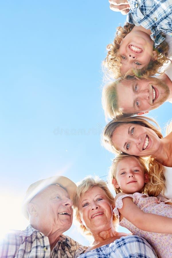 Szczęśliwa dalsza rodzina lub dalsza rodzina zdjęcia royalty free