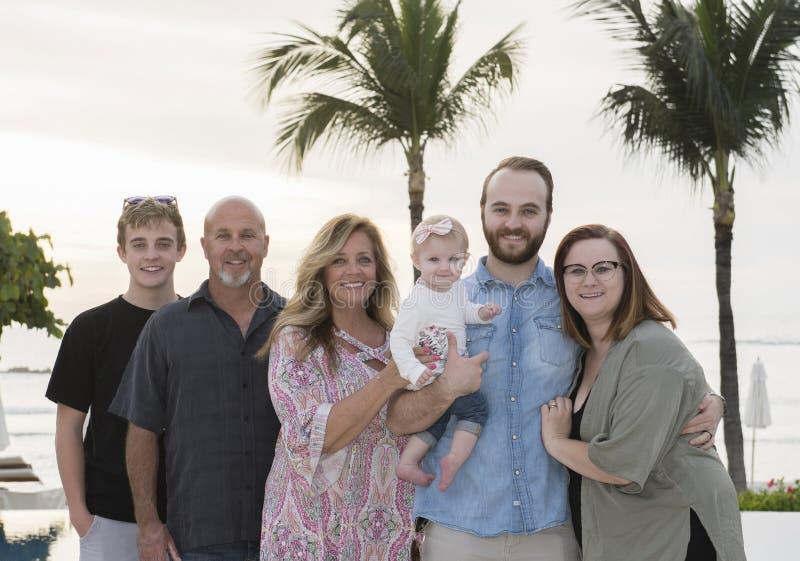 Szczęśliwa dalsza rodzina na wakacje & plaża przy kurortem w Mex zdjęcie royalty free