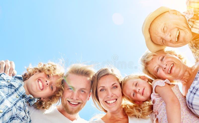 Szczęśliwa dalsza rodzina w trzy pokoleniach obraz stock