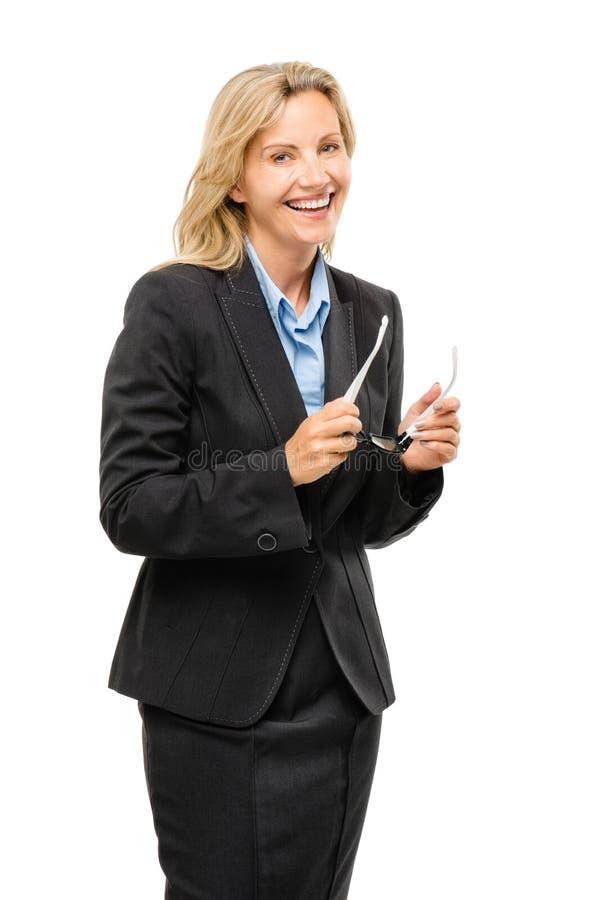 Szczęśliwa dojrzała biznesowa kobieta trzyma szkła odizolowywający na białych półdupkach fotografia royalty free