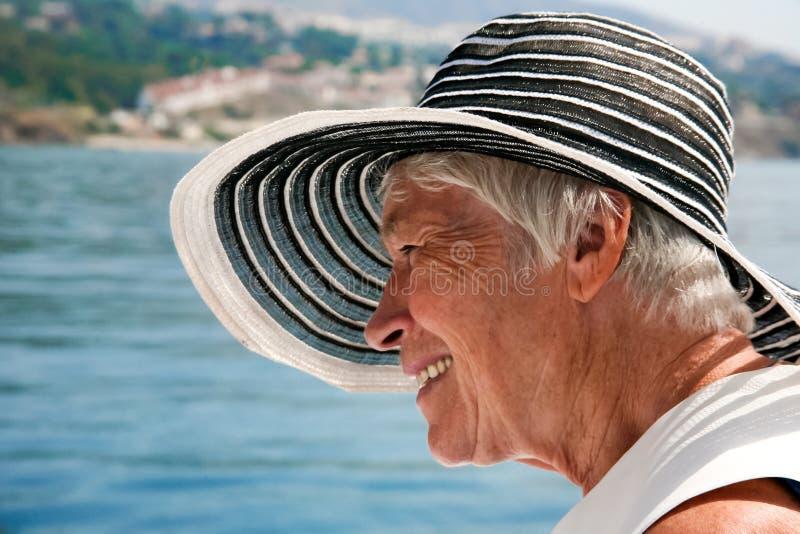 Szczęśliwa dojrzała kobieta w wakacje obrazy stock