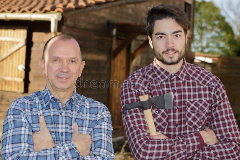 Szczęśliwa drewniana pracownik budowa outdoors zdjęcia stock