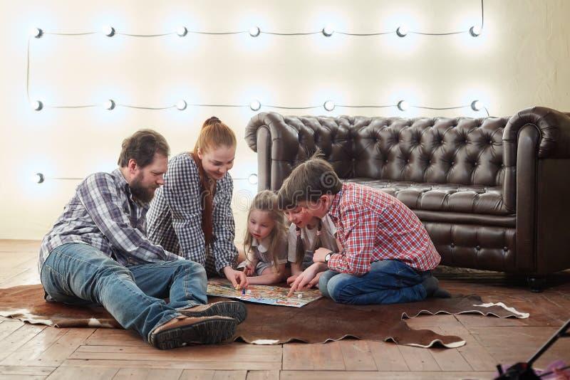 Szczęśliwa duża rodzina bawić się grę planszową obrazy stock