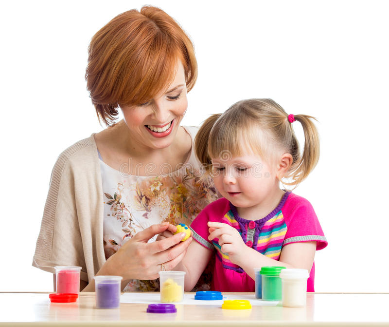 Download Szczęśliwa Dzieciak Dziewczyna, Matka Bawić Się Z Kolorową Gliną I Bawimy Się Obraz Stock - Obraz złożonej z piękny, śliczny: 28954323