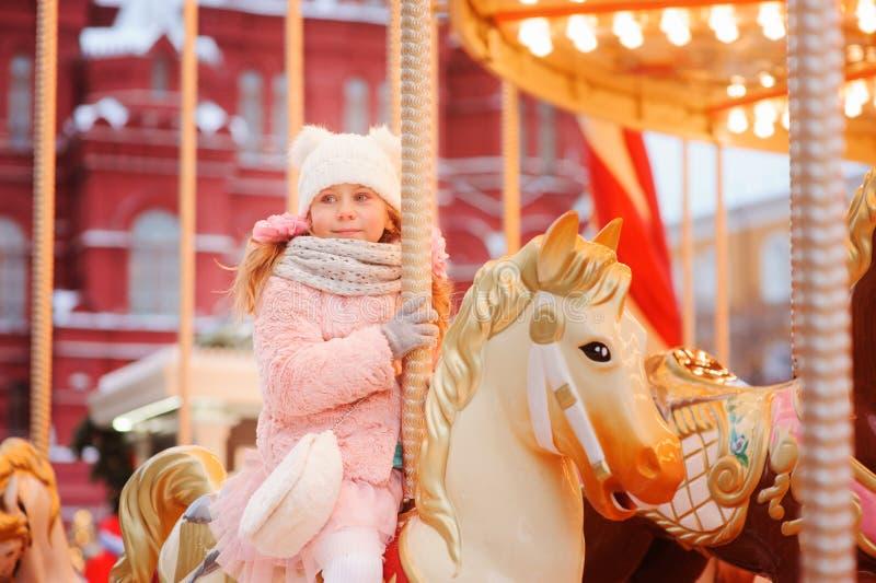 Szczęśliwa dzieciak dziewczyna w parku rozrywki na bożych narodzeniach i nowy rok wakacjach fotografia stock