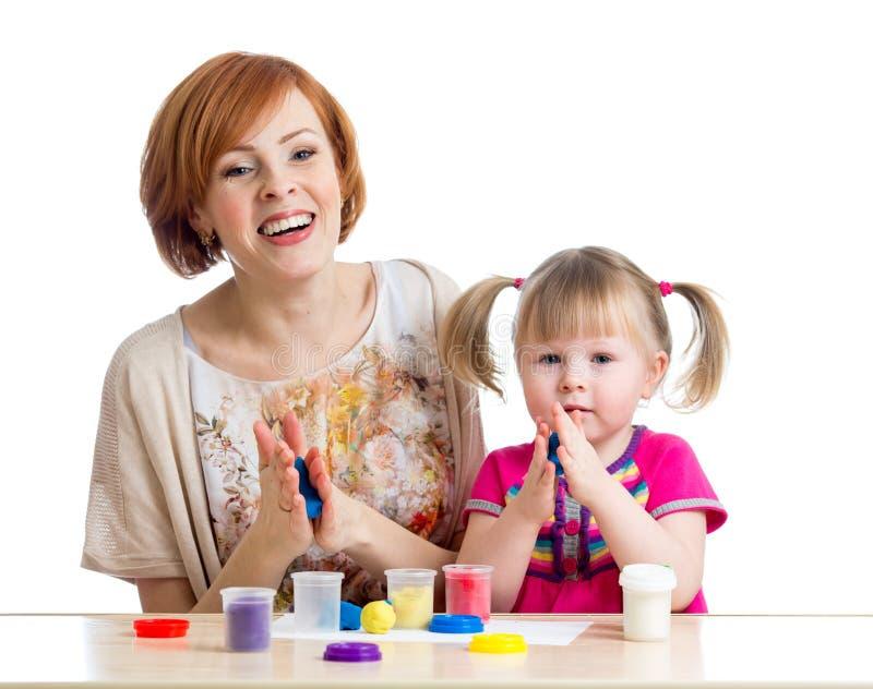 Download Szczęśliwa Dzieciak Matki I Dziewczyny Sztuka Z Kolorową Gliną Bawi Się Zdjęcie Stock - Obraz złożonej z dzieciak, zabawa: 28954386