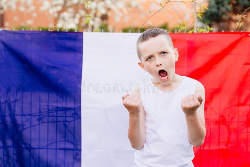 Szczęśliwa dziecko chłopiec z Francja flaga państowowa obrazy royalty free