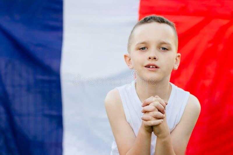 Szczęśliwa dziecko chłopiec z Francja flaga państowowa zdjęcie stock