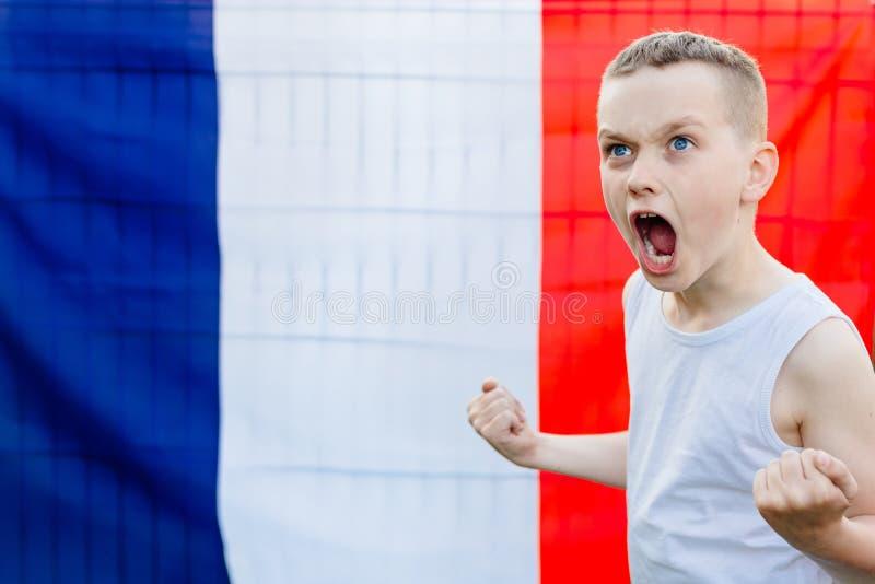 Szczęśliwa dziecko chłopiec z Francja flaga państowowa obrazy stock