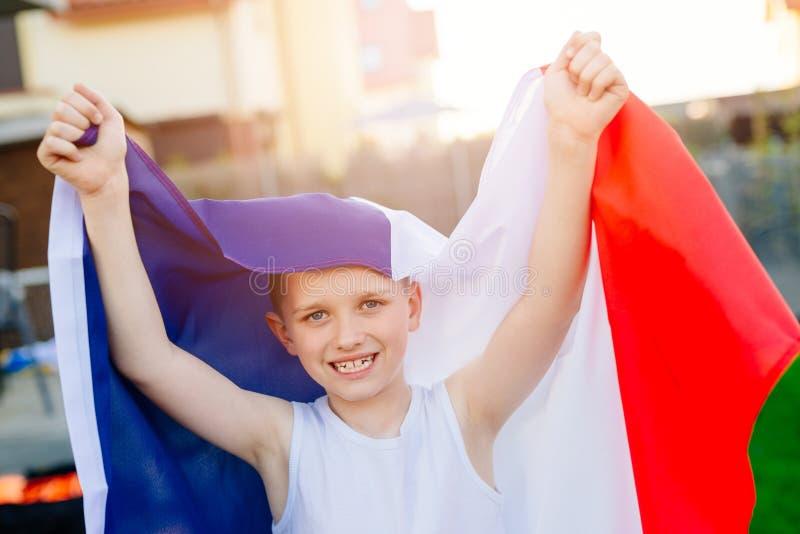 Szczęśliwa dziecko chłopiec z Francja flaga państowowa fotografia royalty free