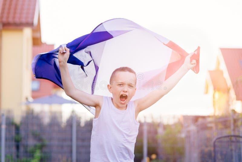 Szczęśliwa dziecko chłopiec z Francja flaga państowowa zdjęcia stock