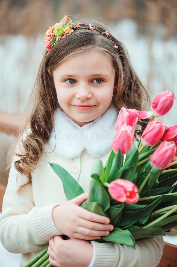 Szczęśliwa dziecko dziewczyna na ciepłej zimy lasowym spacerze, miękka część tonująca zdjęcia royalty free