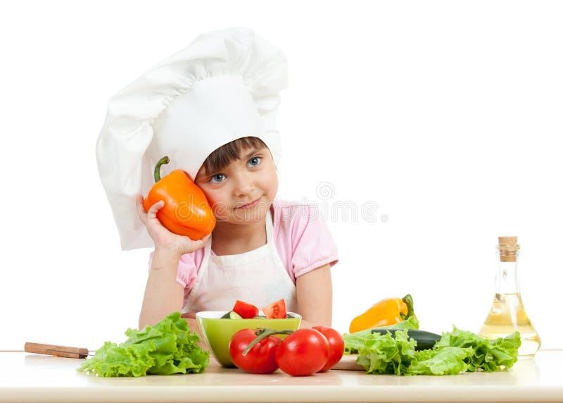Szczęśliwa dziecko dziewczyna przygotowywa jarskiego naczynie obraz royalty free