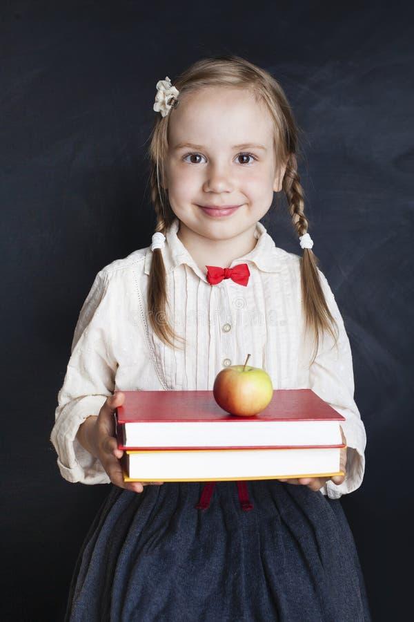 Szczęśliwa dziecko dziewczyna w mundurku szkolnym zdjęcia royalty free