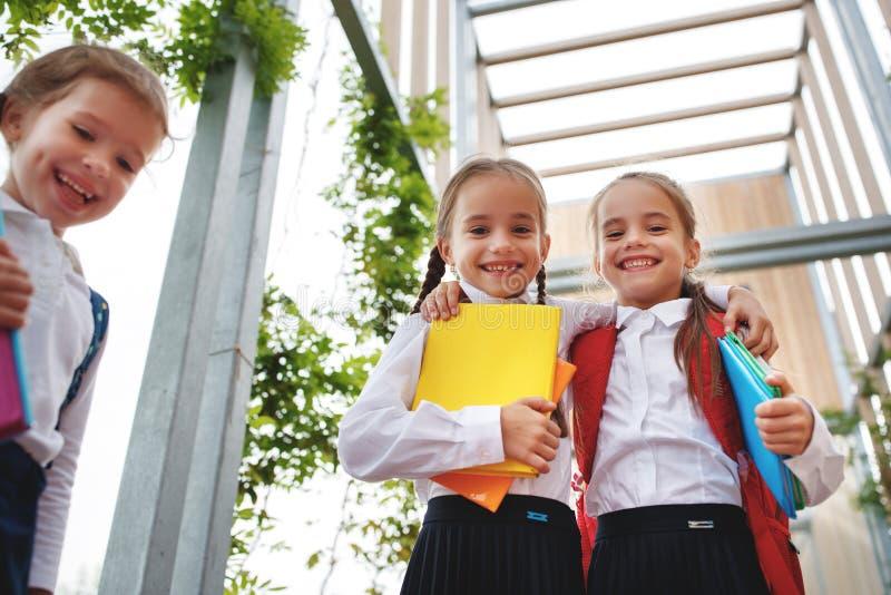 Szczęśliwa dziecko dziewczyny uczennicy ucznia szkoła podstawowa obraz royalty free