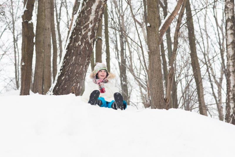 Szczęśliwa dziecko sanna od śnieżnego wzgórza obrazy royalty free