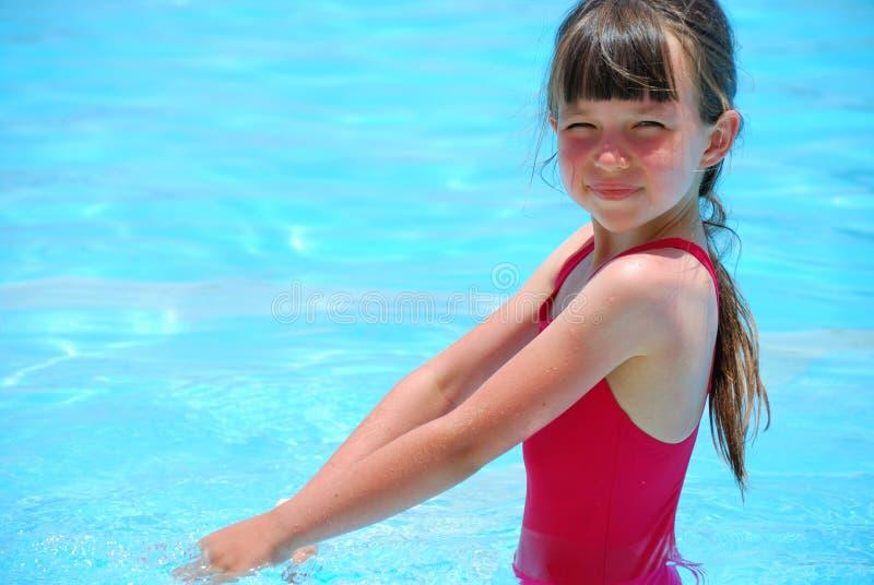 szczęśliwa dziewczyna basen zdjęcie stock