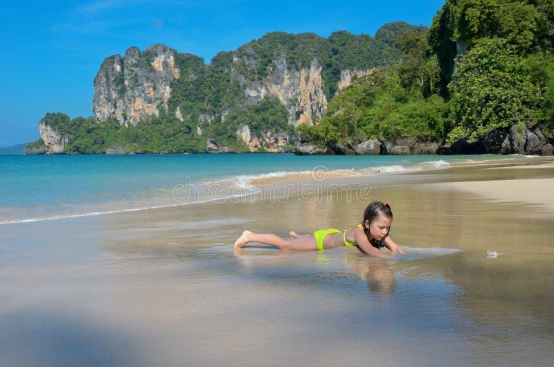 Szczęśliwa dziewczyna bawić się w morzu na tropikalnej plaży zdjęcie royalty free