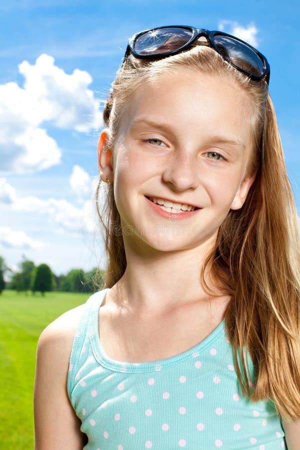 Szczęśliwa dziewczyna cieszy się ciepłego letniego dzień outside. obraz stock