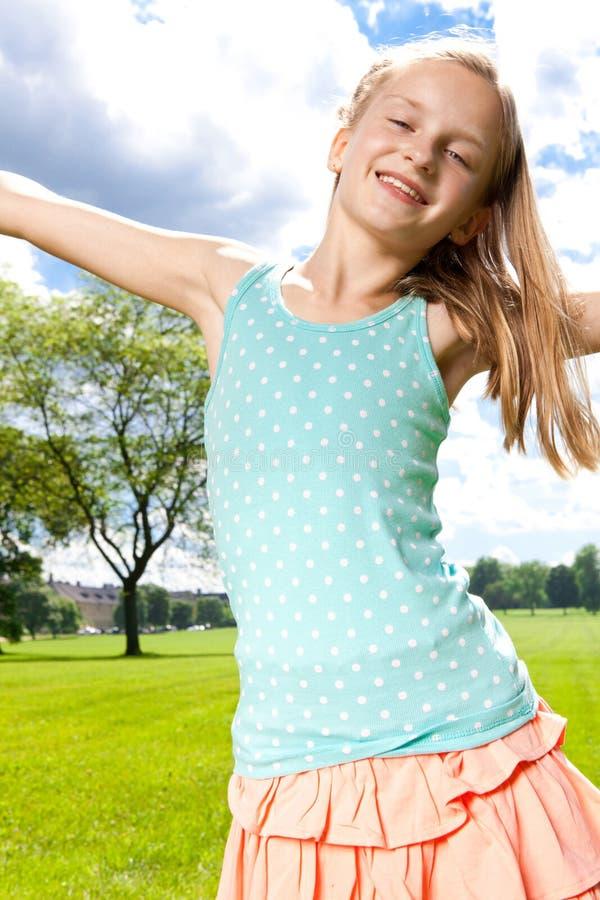 Szczęśliwa dziewczyna cieszy się ciepłego letniego dzień outside. zdjęcia stock