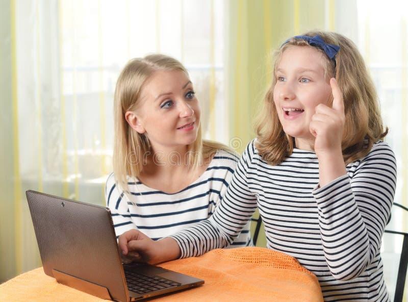 Szczęśliwa dziewczyna i babcia używa laptop fotografia royalty free