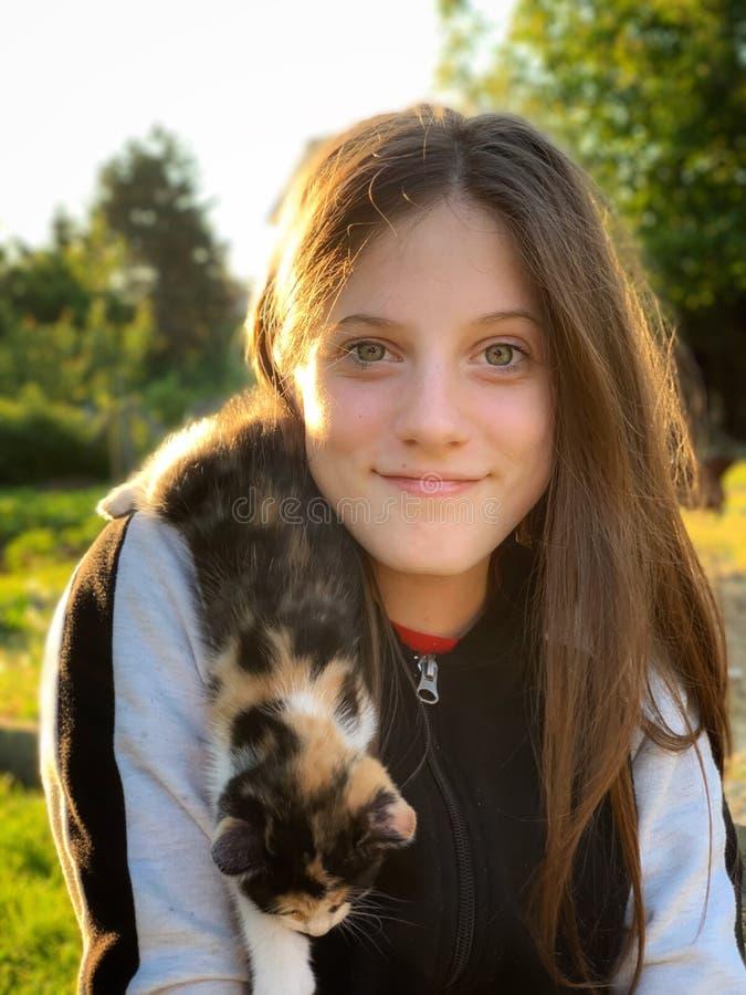Szczęśliwa dziewczyna i jej kiciunia obraz stock