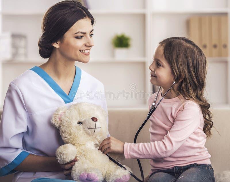 Szczęśliwa dziewczyna i lekarka z stetoskopem obraz stock