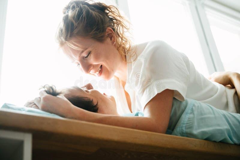 Szczęśliwa dziewczyna i mężczyzna ściska blisko okno w domu obrazy royalty free