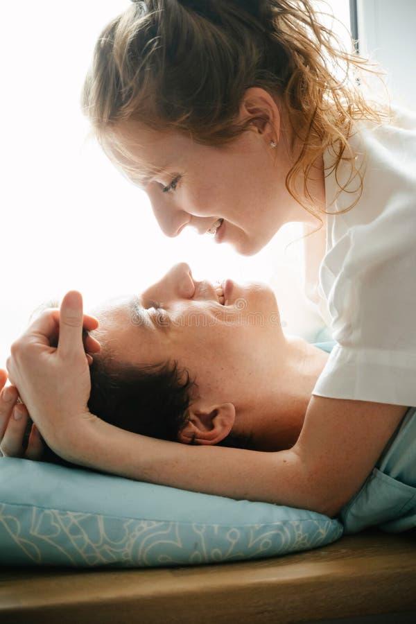 Szczęśliwa dziewczyna i mężczyzna ściska blisko okno w domu obraz royalty free