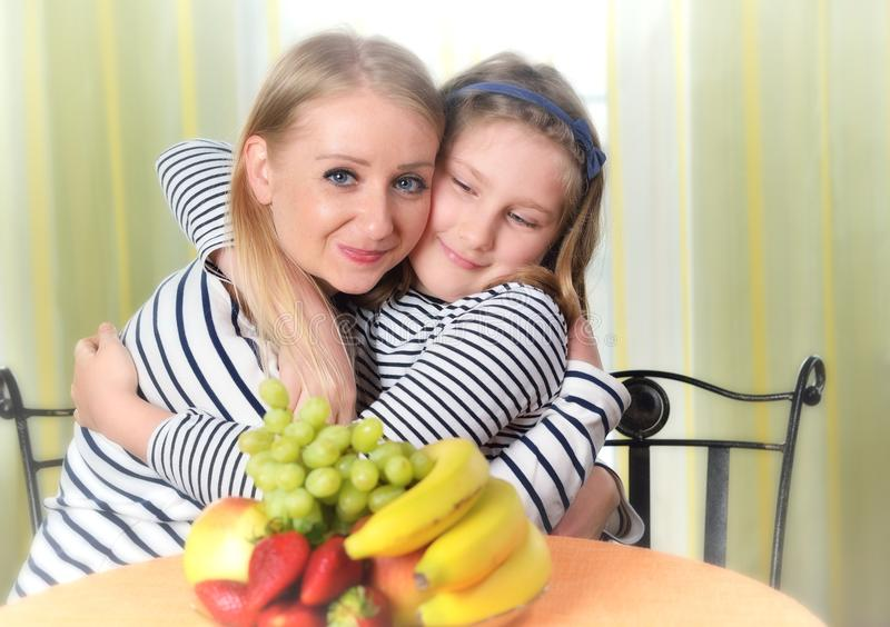 Szczęśliwa dziewczyna i matka używa laptop zdjęcia stock