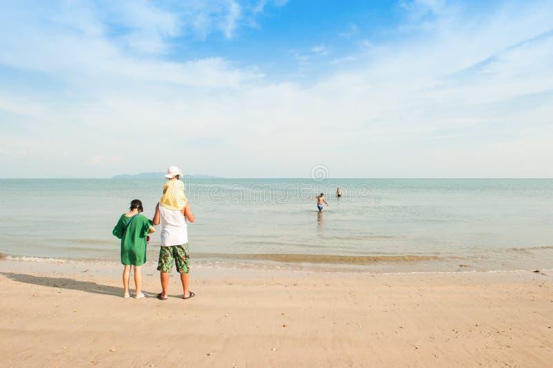 Szczęśliwa dziewczyna i rodzina na plaży fotografia royalty free