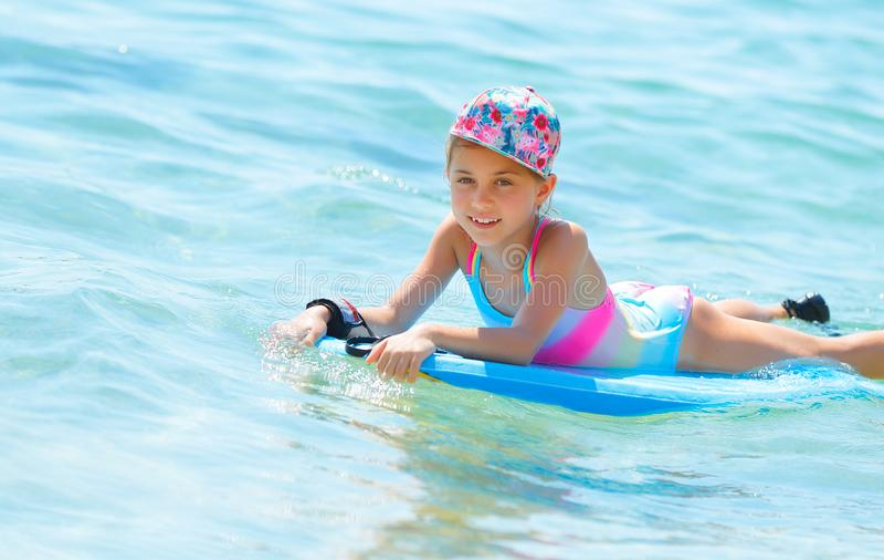 Szczęśliwa dziewczyna na bodyboard obrazy royalty free
