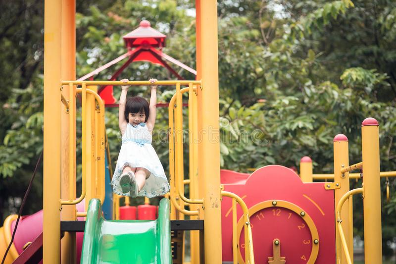 Szcz??liwa dziewczyna na obruszenia boiska terenie zdjęcie stock