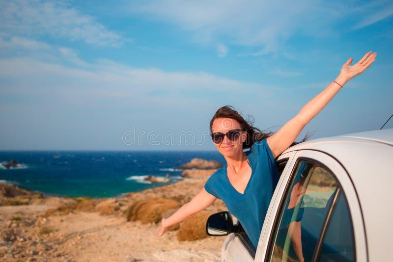 Szczęśliwa dziewczyna na urlopowej podróży samochodem Wakacje letni i samochodowej podróży pojęcie fotografia royalty free