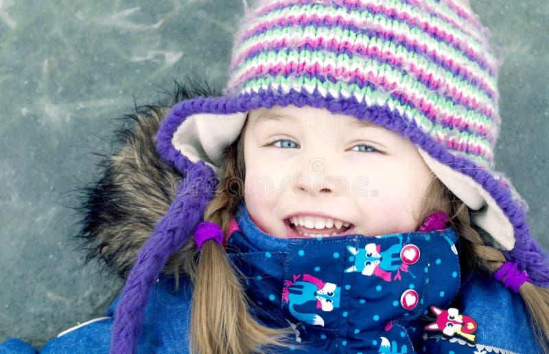 Szczęśliwa dziewczyna na zamarzniętym jeziorze zdjęcia royalty free