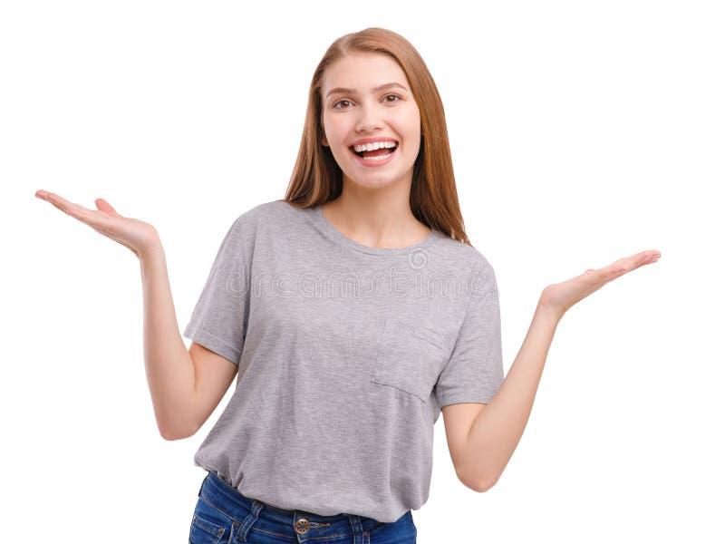 Szczęśliwa dziewczyna ono uśmiecha się szczęśliwie z podesłanie rękami pojedynczy białe tło zdjęcia royalty free