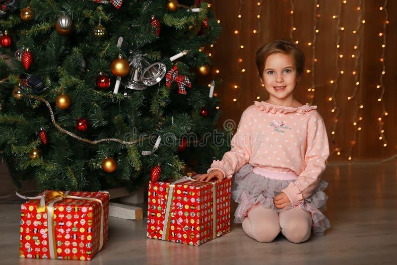 Szczęśliwa dziewczyna patrzeje kamerę z prezenta pudełkiem obrazy royalty free