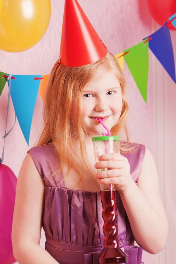 Szczęśliwa dziewczyna pije sok zdjęcie stock