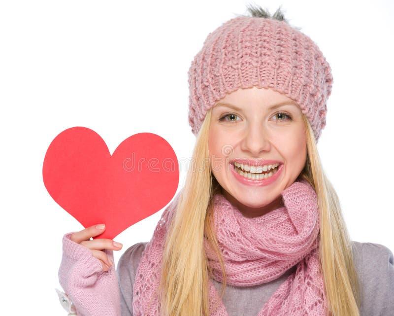 Szczęśliwa dziewczyna pokazuje sercu kształtną pocztówkę obraz stock