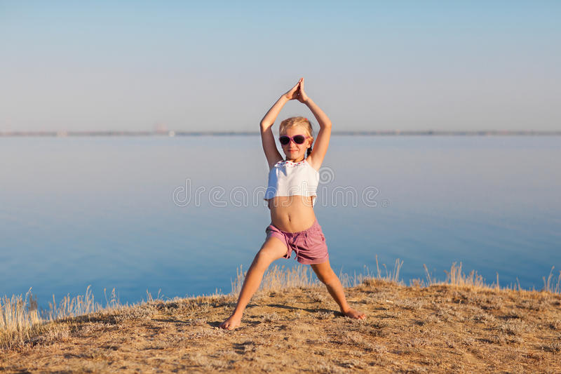 Szczęśliwa dziewczyna robi joga outdoors obrazy royalty free