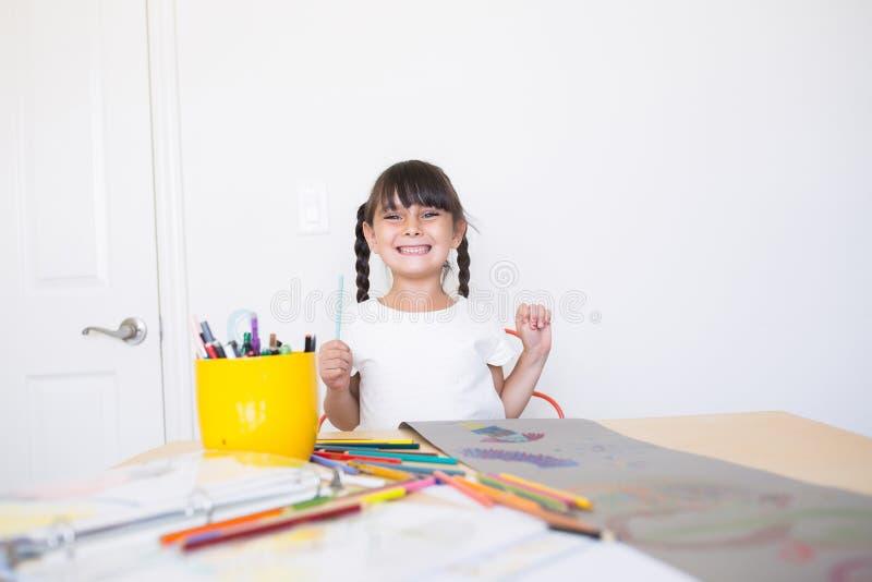 Szczęśliwa dziewczyna robi sztuce zdjęcie stock