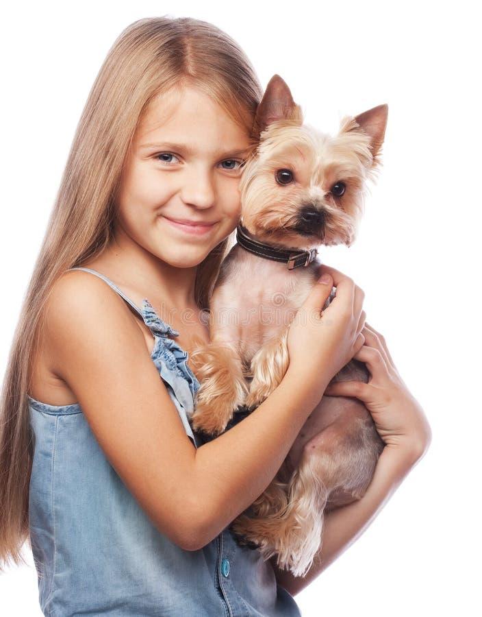 Szczęśliwa dziewczyna trzyma jej uroczego Yorkshire teriera psa fotografia royalty free