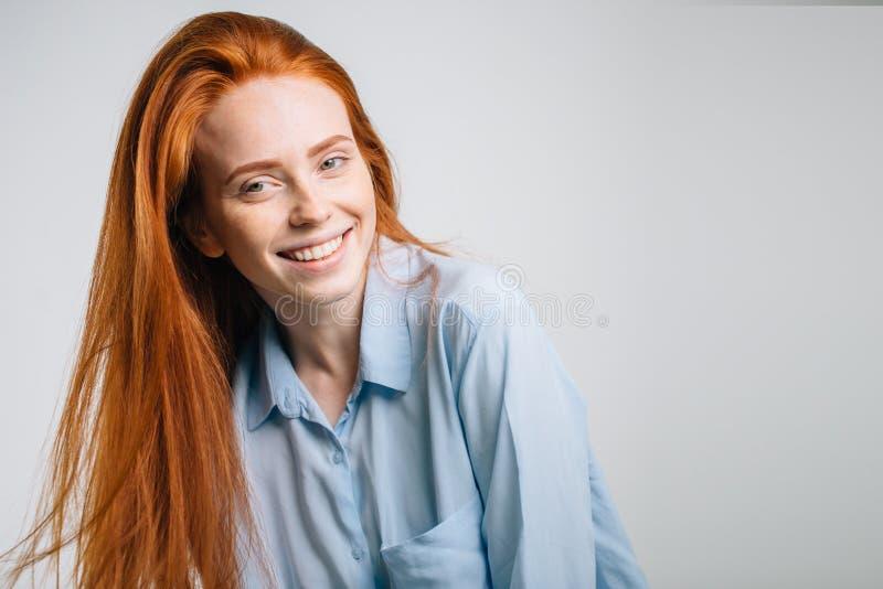 Szczęśliwa dziewczyna uśmiechnięta i patrzeje kamerę nad białym tłem zdjęcia royalty free