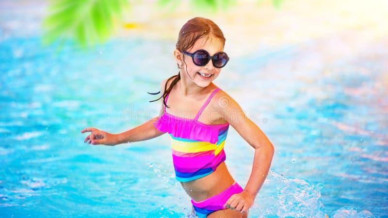 Szczęśliwa dziewczyna w basenie zdjęcia stock