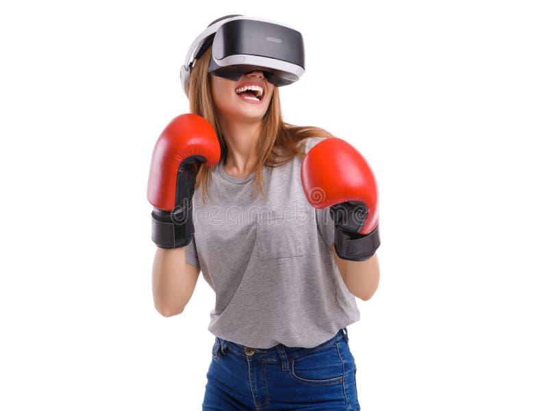 Szczęśliwa dziewczyna w bokserskich rękawiczkach i rzeczywistość wirtualna szkłach Pojęcie rozrywka Odizolowywający na bielu obraz stock
