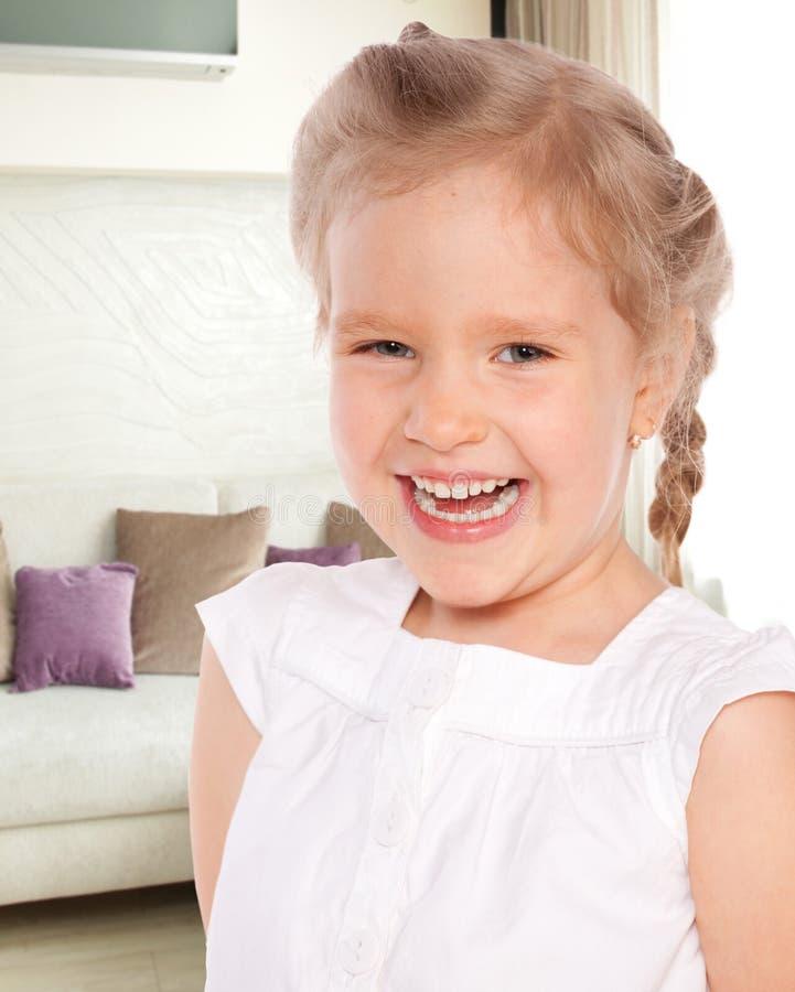 Szczęśliwa dziewczyna w domu zdjęcie royalty free