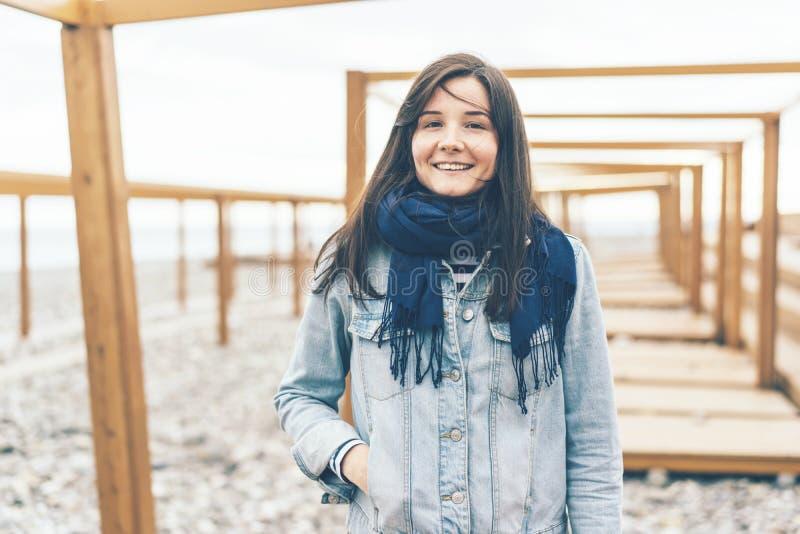 Szczęśliwa dziewczyna w drelichowej kurtce zdjęcie royalty free