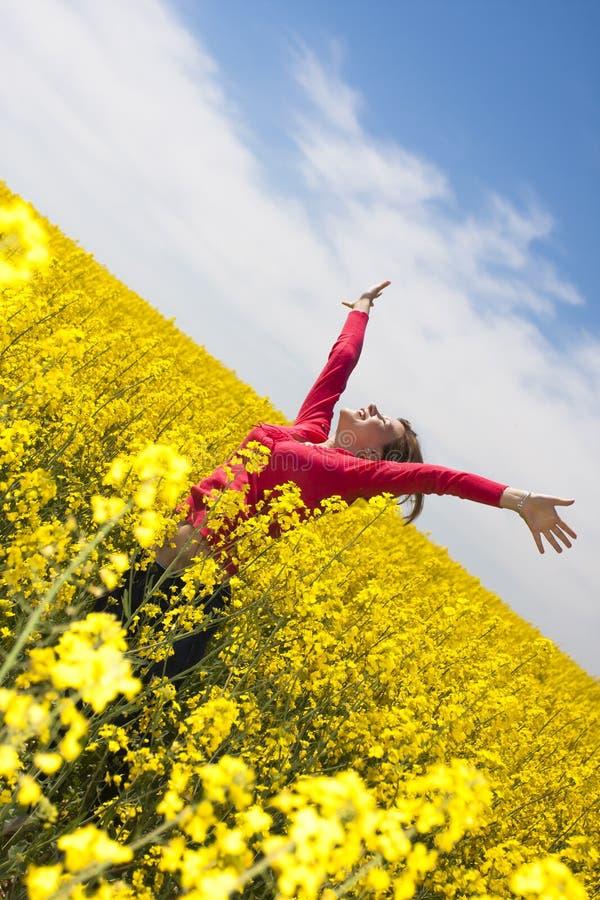 Szczęśliwa dziewczyna w kolor żółty polu obrazy royalty free
