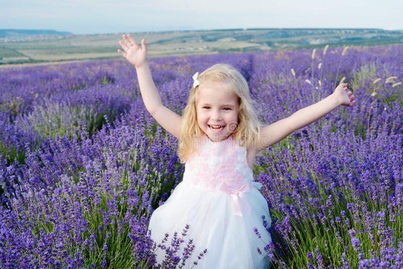 Download Szczęśliwa Dziewczyna W Polu Obraz Stock - Obraz złożonej z farmland, kwiat: 41954313