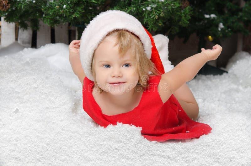 Szczęśliwa dziewczyna w Santa kostiumu na śniegu obrazy royalty free